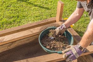 Ein Gartensieb hilft beim Beseitigen von Unkraut und Steinen aus Erde