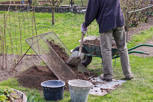 Ein grosses Gartensieb erleichtert Gartenarbeit