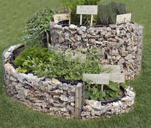 Eine Kräuterschnecke ist praktisch und sieht im Garten schön aus