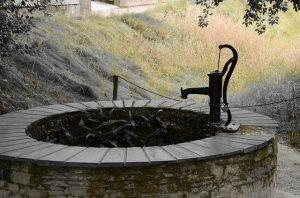 Schwengelpumpe auf Brunen