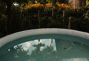 Auch wenn man einen kleineren Pool sauber halten möchte sollte man sich eine Poolabdeckung anschaffen