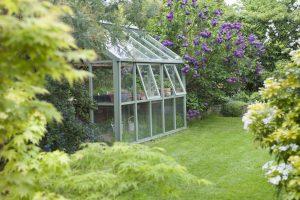 Ein Gewächshaus ist nicht nur praktisch sondern kann den Garten auch schöner machen