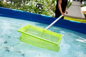 Wenn man nicht ständig den Pool reinigen will, sollte man sich eine Poolabdeckung zulegen