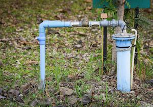 Eine Brunnenpumpe befördert Grundwasser an die Oberfläche