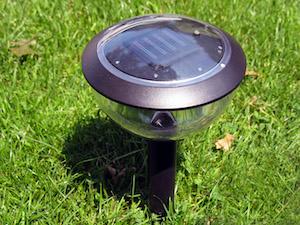 Solarleuchten für den Garten gibt es in verschiedenen Formen und Materialen