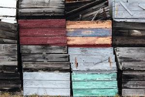 Ein Gartenregal lässt sich einfach aus alten Holzkisten herstellen