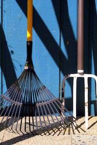 Ein Rasenrechen zählt zu den gängigsten Gartenwerkzeugen